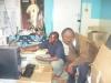 fr-john-und-mr-francis-beim-einrichten-der-computer
