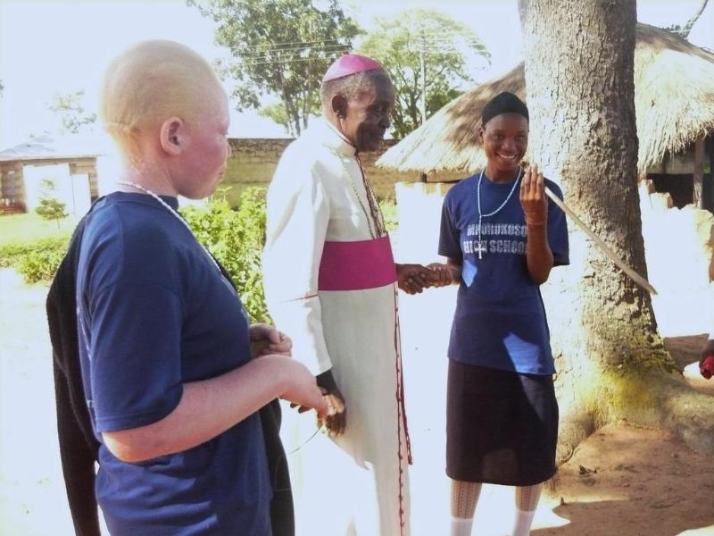 erzbischof-mit-schuelerinnen