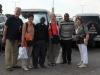 1-Fr. Christian und Fr. John nehmen uns am Flughafen in Empfang