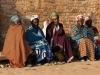 Frauen vor der Kirche in Kayambi