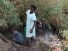 Schülerinne aus Kayambi holen Wasser