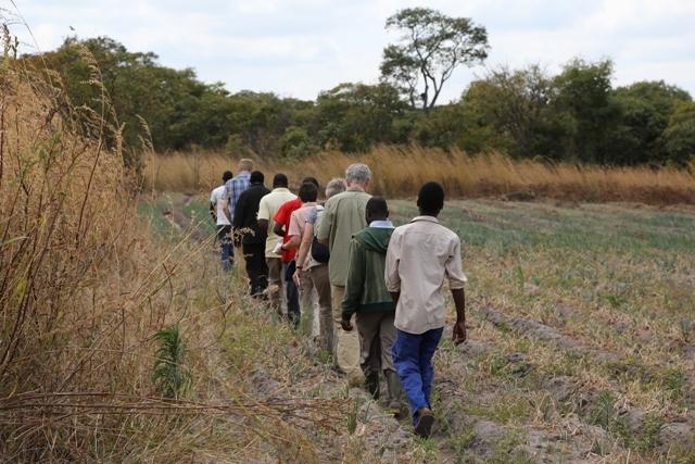 mit dem Saatgut der Pfadfinder aus Möhnesee arbeiten MotoMoto Jugendgruppen in Kasama