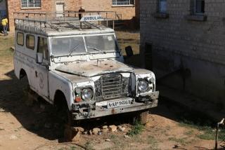 nicht mehr fahrtauglicher Krankenwagen in Chilubula