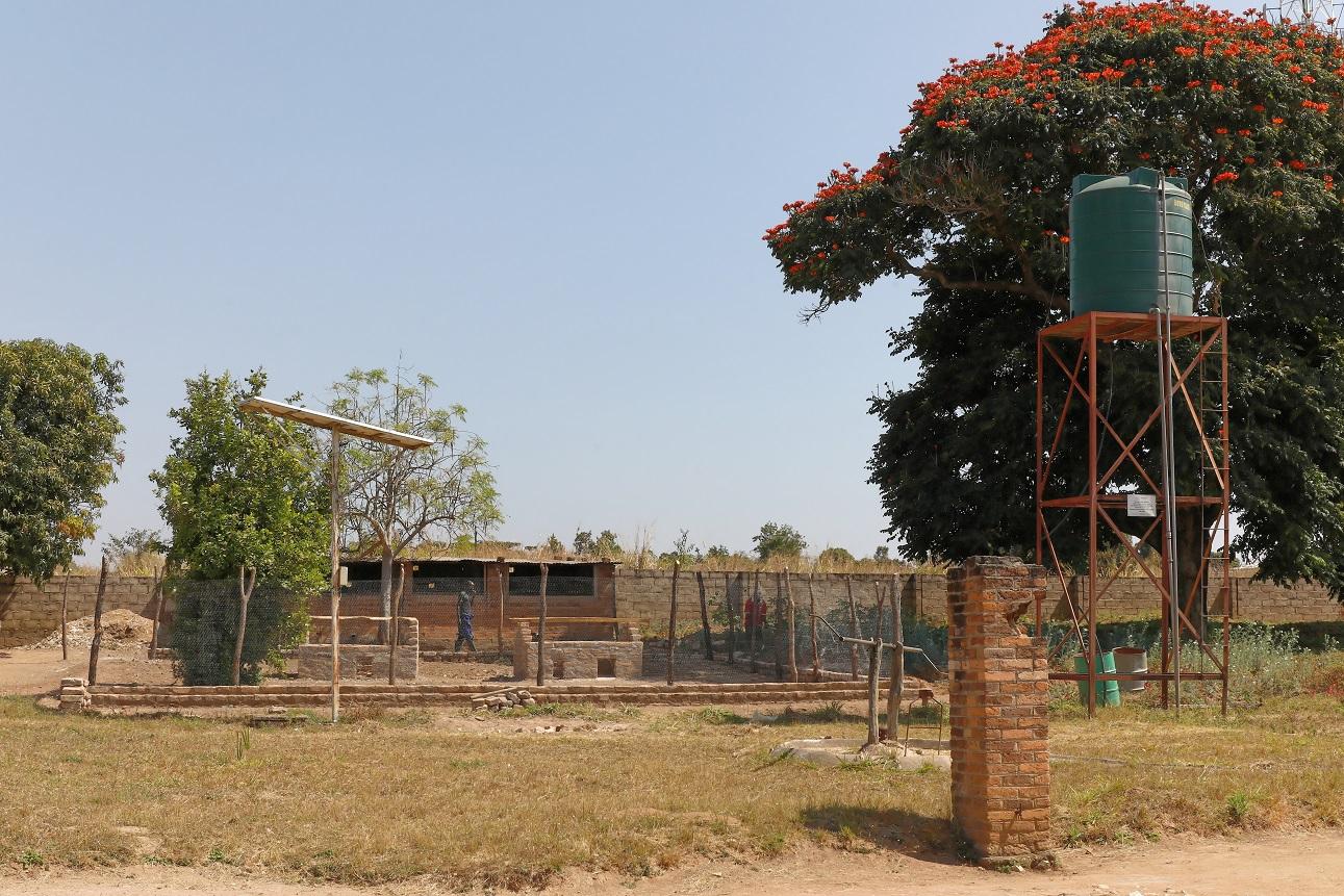 Wasserspeicher und Hühnergehege der Krankenstation