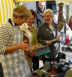 Frau Dahlhoff (re.) am Stand auf dem Bauernmarkt am 03.10.2012
